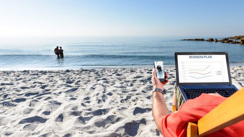 Coronavirus, smart working in spiaggia